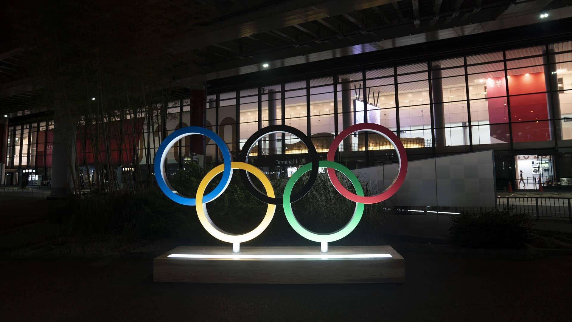 Sneaking a peek: Fans find creative ways to glimpse Olympics